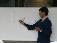 次に、図解を交えて剪定方法について説明。