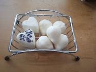ハーブの香りをつけたこんな石鹸を作ります。