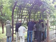 屋根にもなる蔦のトンネルで実演開始です。